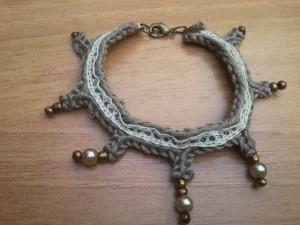bracelet taupe et dentelle