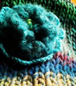Fleur sur bonnet bleu